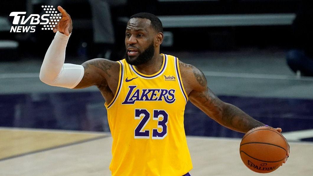 NBA湖人球星詹姆斯。(圖/達志影像美聯社) NBA詹姆斯開幕戰扭傷腳 打耶誕大戰自認無妨