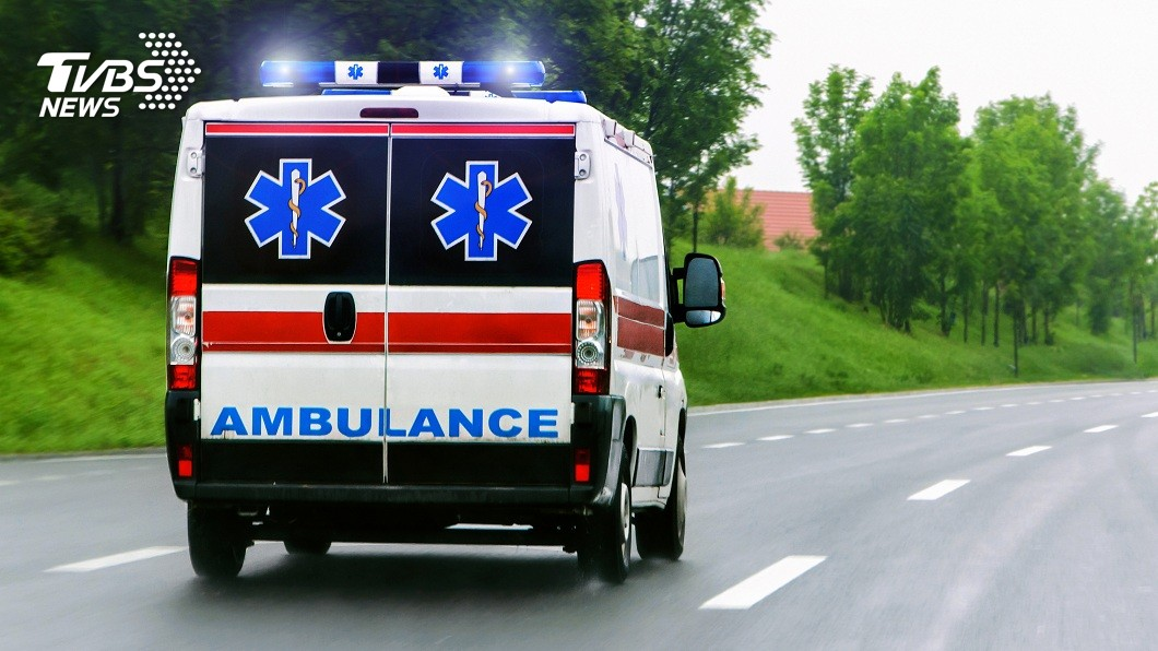 全球都發生過救護車被人惡意阻擋的事件。(示意圖/shutterstock 達志影像) 酒駕男惡意擋救護車還打人 害癲癇病患延誤就醫亡