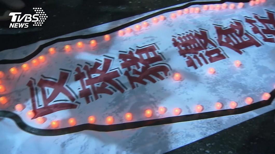 國民黨團昨天夜宿在立院外。(圖/TVBS) 藍委睡街頭表反萊豬決心 江啟臣:綠多數暴力碾壓民意
