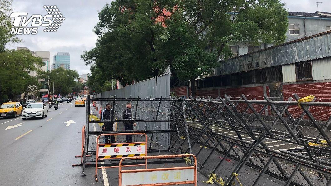 立院周遭道路架起拒馬。(圖/中央社) 萊豬行政命令將闖關 立院外架拒馬防群眾衝撞