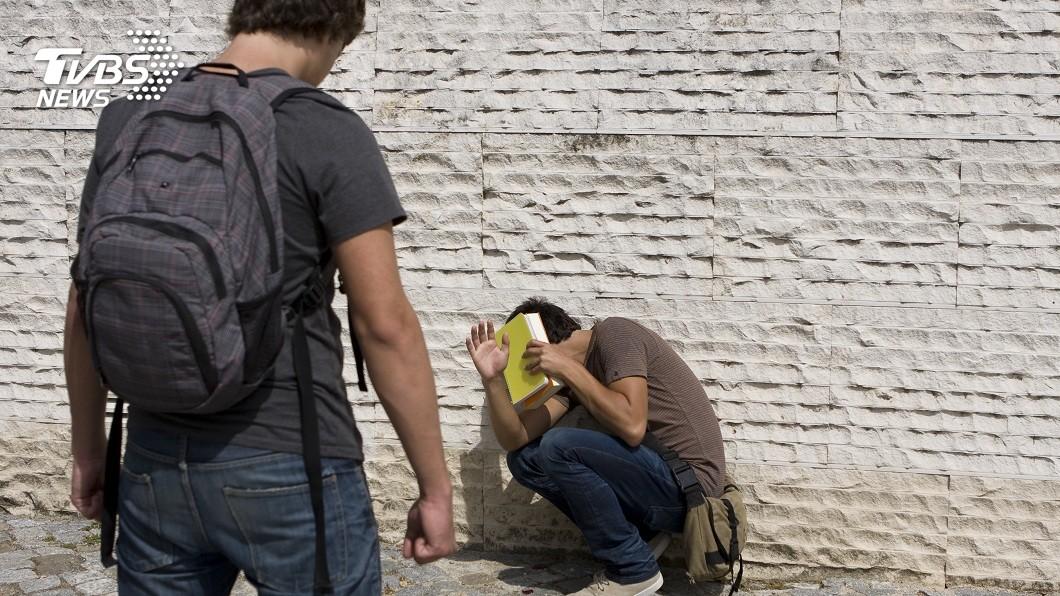 男子不滿同性友人對他挑逗求歡,一氣之下打死對方。(示意圖/shutterstock 達志影像) 不爽酒友挑逗求歡 男狂毆打死在遺體旁和女友辦事