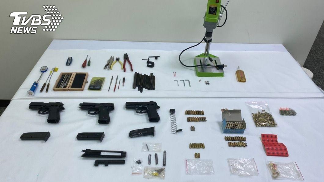 台中一名男子四處網購零件改造槍械。(圖/中央社) 男子四處網購零件涉改造槍械 三重警識破逮人