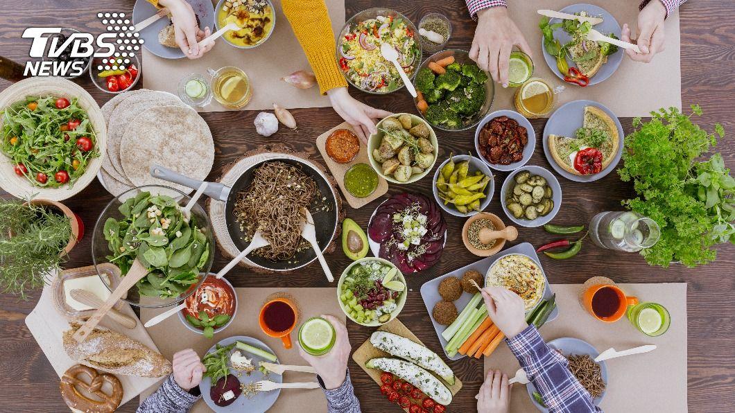 聚餐建議避開容易產氣的蔬果。(示意圖/shutterstock 達志影像) 聚餐放屁好尷尬! 營養師曝「此類」食物少吃