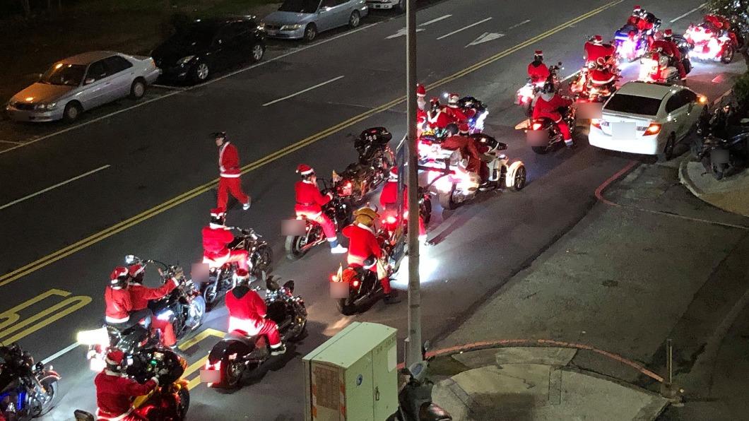 (圖/翻攝自新·路上觀察學院) 重機版「耶誕大車隊」歡樂壓馬路 網嗨爆:禮物來囉