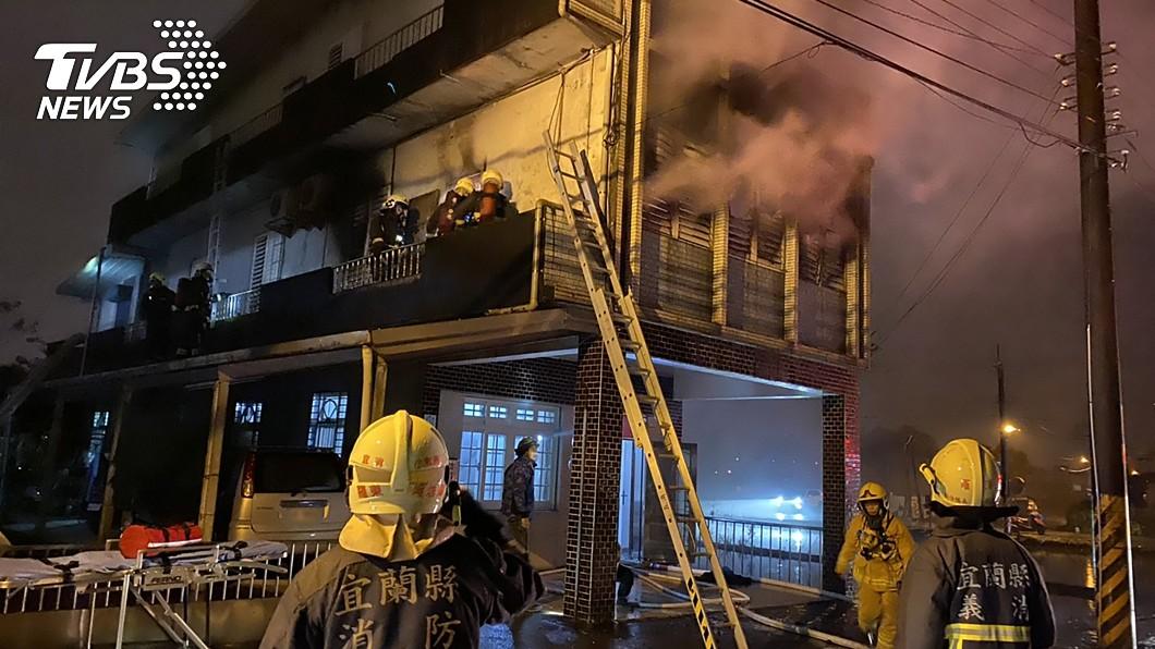 宜蘭羅東民宅火警。(圖/中央社) 濃煙壟罩!宜蘭羅東民宅大火 2女昏迷送醫