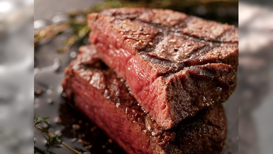 快樂吃牛排迎接2021年。(圖/翻攝自喜滋客廚房臉書) 跨年約起來!16盎司牛排免費吃 699元紅白酒喝到飽
