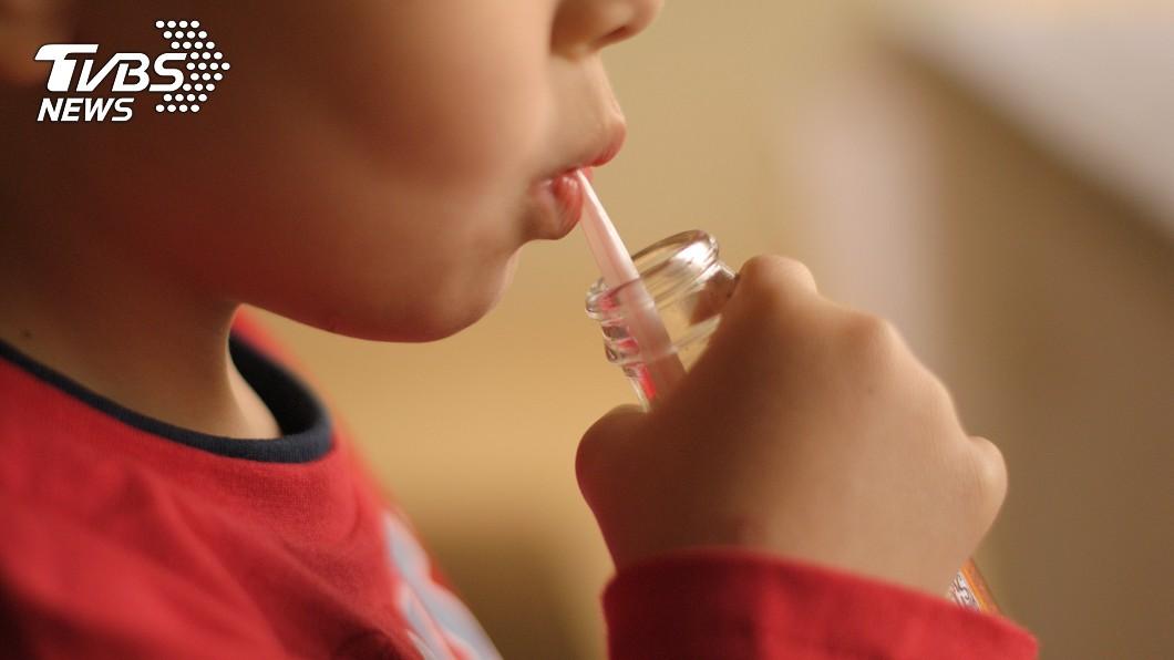 許多孩子喜歡喝可樂。(示意圖,與當事人無關/shutterstock達志影像) 「沒錢幹嘛生下我!」9歲童吵喝可樂 媽忍淚心酸結帳