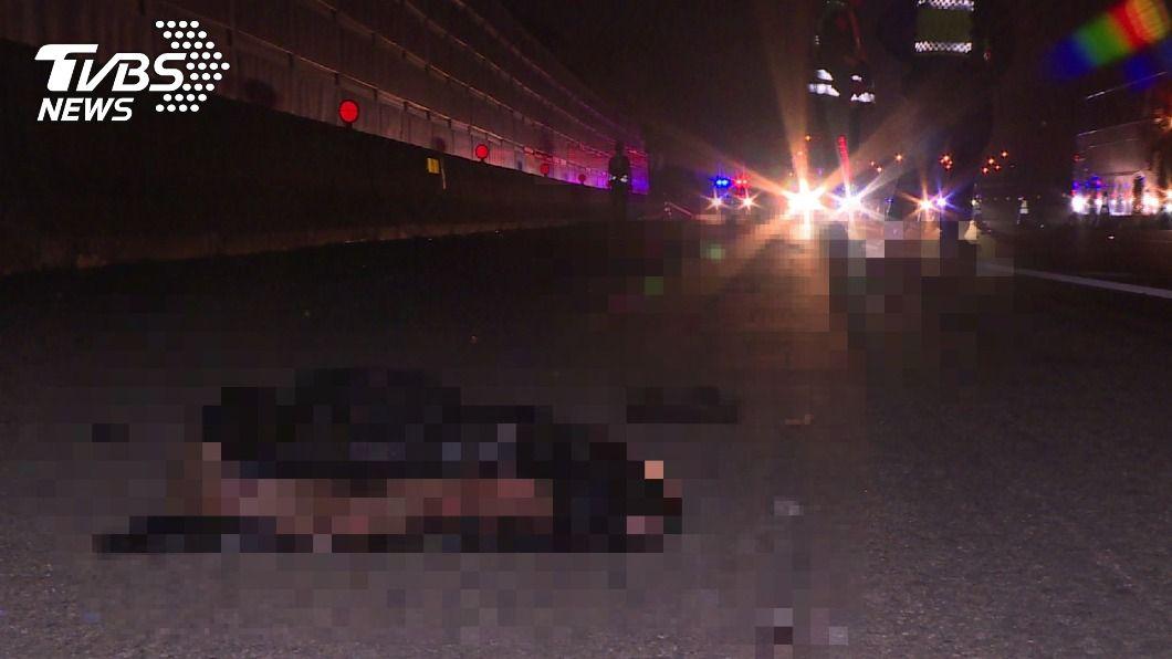 國道1號高速公今(27)日凌晨發生死亡車禍,男騎士陳屍路中身體已破碎。(圖/TVBS) 悚!男騎士凌晨闖國1慘死 屍塊遍布車道