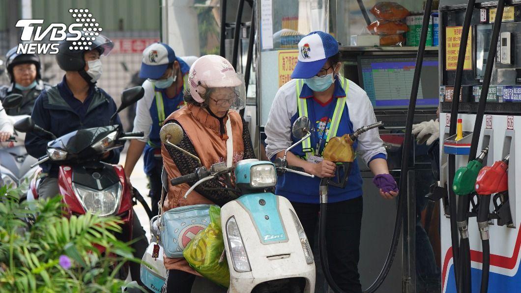 台灣中油宣布,明(28)日起汽柴油各漲0.7與0.6元。(示意圖/中央社) 趕緊加油!明日起汽柴油各漲0.7與0.6元