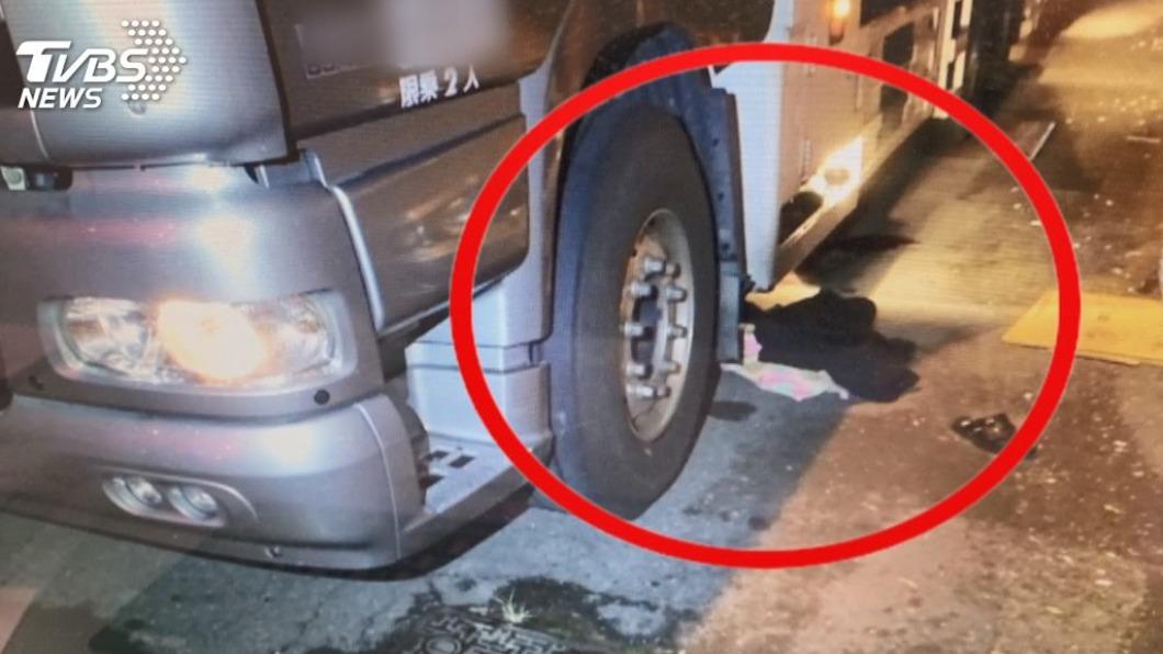 1名陳姓男子今年8月酒醉路倒,遭大貨車司機「以為是黑色大塑膠袋」輾過致死。(圖/TVBS) 醉男遭司機「以為是袋子」輾斃 調解失敗家屬提告