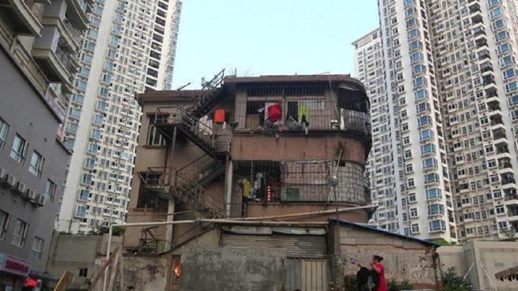 大陸深圳有一個被網友戲稱「最牛釘子戶」的住家,曾向建商獅子大開口要價3億人民幣才肯搬遷。(圖/翻攝自微博) 最牛釘子戶嗆「沒13億不搬家」 18年後淒涼下場曝光
