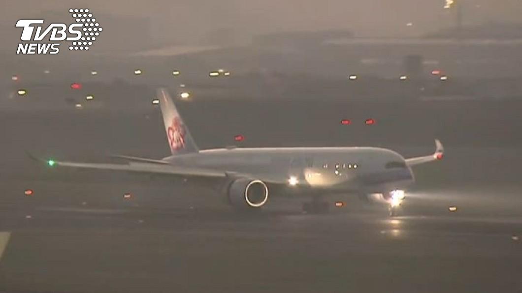 華航倫敦班機飛抵台灣。(圖/TVBS) 華航倫敦班機抵台 走獨立通道分送3檢疫所