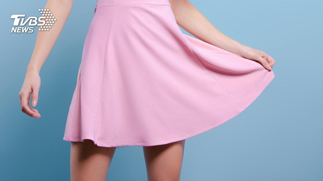 許多女性的穿著打扮會搭配短裙造型。(示意圖/shutterstock 達志影像) 妹子穿短裙搭捷運 70歲嬤「教誨」:會引起社會問題