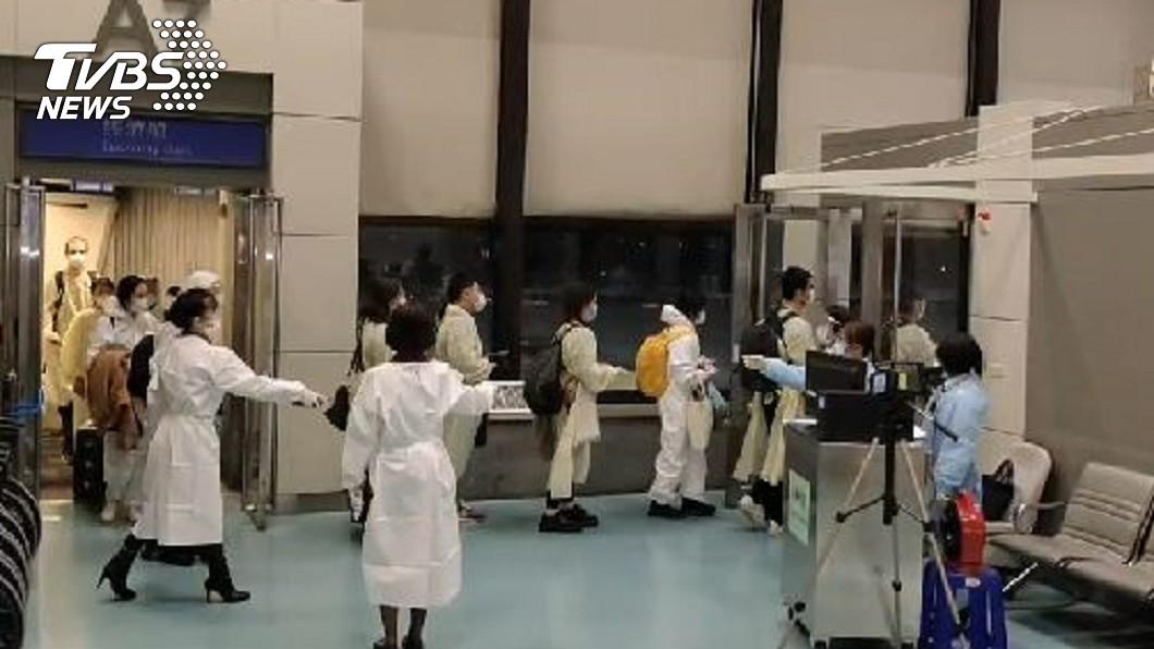 從倫敦抵台乘客。(圖/TVBS) 華航倫敦返台班機 4人出現症狀、1人發燒!指揮中心回應
