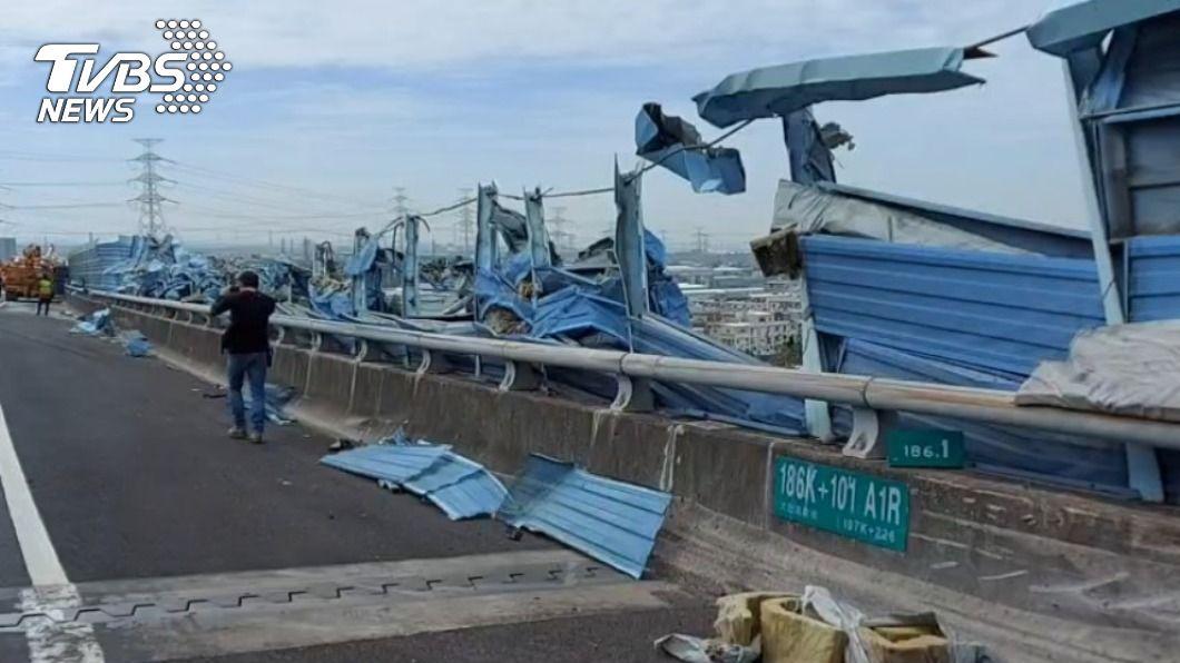 (圖/TVBS) 國3南下龍井段貨車「撞碎護欄」翻覆 橫躺車道排除中