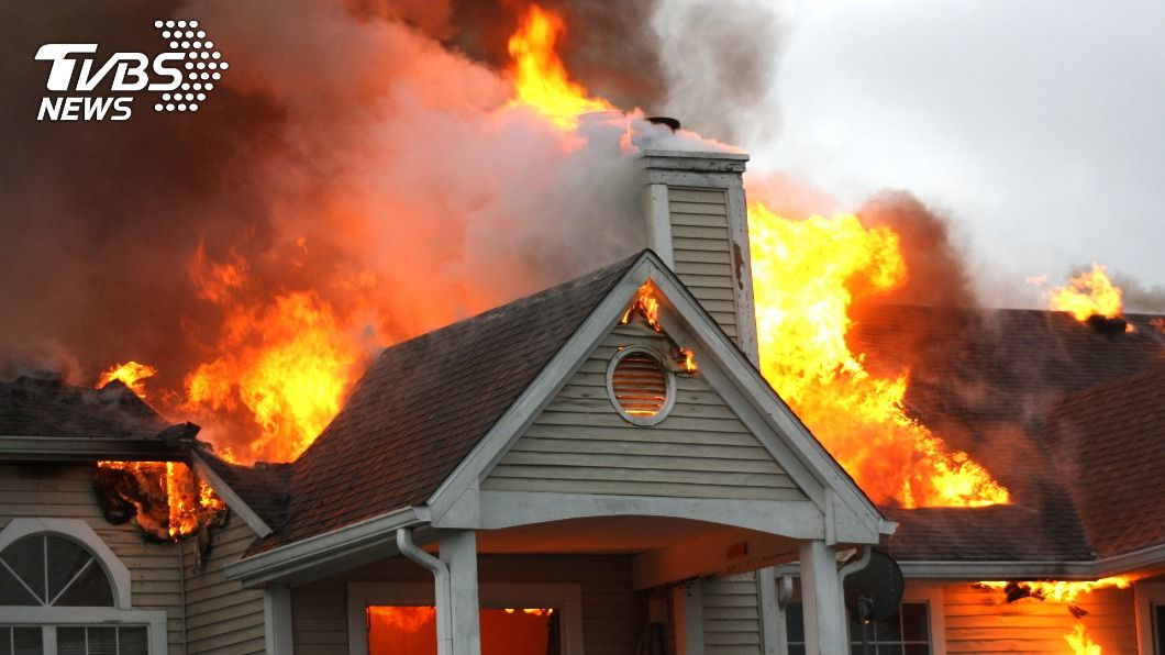 7歲男童爬窗進屋,搶救受困火災的妹妹。(示意圖/shutterstock 達志影像) 1歲童受困房間 7歲哥爬窗「勇闖火窟」:不想妹妹死
