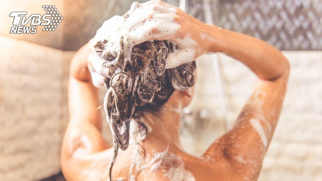 不少人有洗頭,卻還是受頭皮屑與頭皮發癢的困擾。(示意圖/shutterstock達志影像) 頭髮天天洗仍油、臭? 「222洗頭法」還原乾淨頭皮