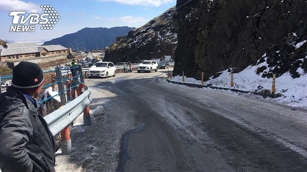 合歡山高海拔路段結冰機率高且可能降雪,不排除預警封閉。(圖/中央社) 寒流來襲合歡山公路結冰機率高 不排除預警封閉