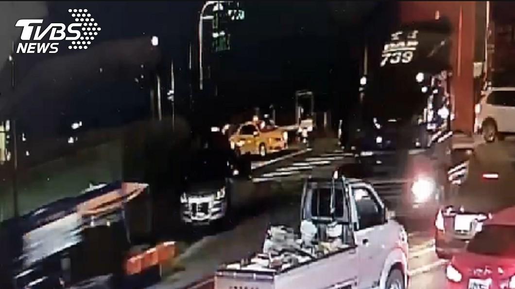 (圖/TVBS) 高雄媽三貼2幼女「慘被輾斷腿」 聯結車駕駛闖禍秒逃跑
