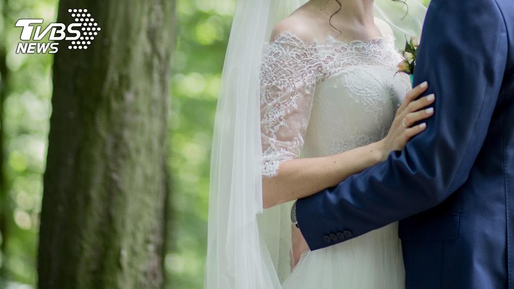印度一名52歲的婦人在網路上分享自己結婚的婚紗照,結果卻引發28歲的嫩尪不滿。(示意圖/shutterstock 達志影像) 52歲婦甜曬婚紗照 28歲嫩尪氣炸把她「電成焦屍」