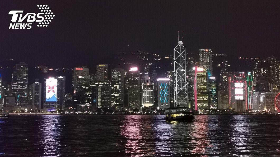 今年維港兩岸只有少數大樓添上慶祝燈飾。(圖/中央社) 新冠肺炎疫情衝擊 香港耶誕新年寂靜冷清