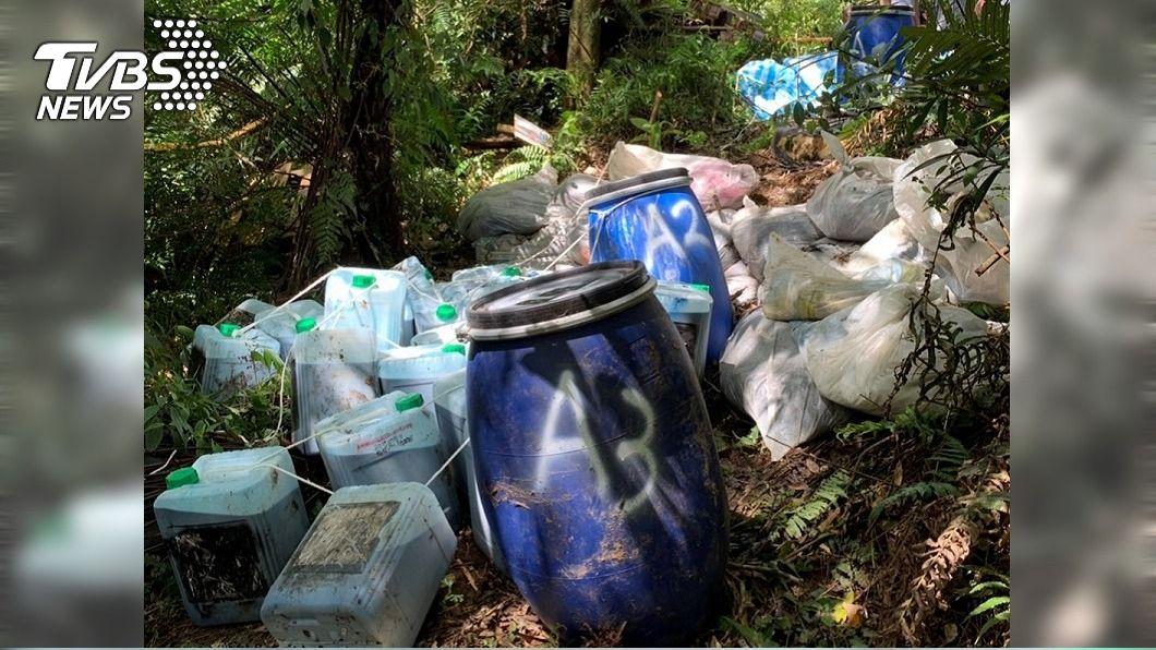 翡翠水庫集水區遭有心人棄置100多桶廢液。(圖/中央社) 印刷廢棄物丟棄翡翠水庫集水區 8業者遭訴