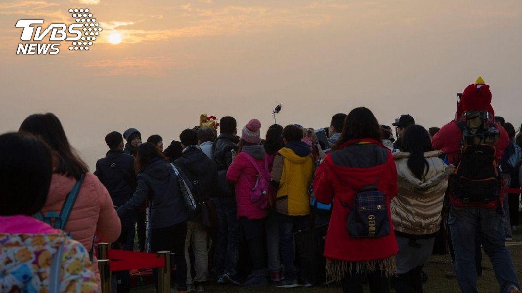 西拉雅國家風景區開放遊客迎接新年的第一次日出。(圖/中央社) 迎接2021曙光 台南二寮觀日亭免索票