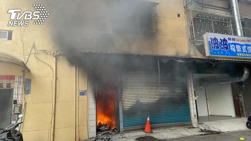圖/TVBS 高雄5層樓公寓疑遭縱火 4人獲救1人無生命跡象