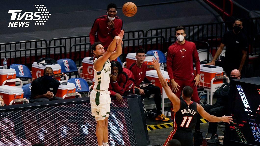 福布斯在終場前3分30秒投進公鹿此賽第29個三分球。(圖/達志影像美聯社) 單場29記三分球刷新NBA紀錄 公鹿踩熄熱火