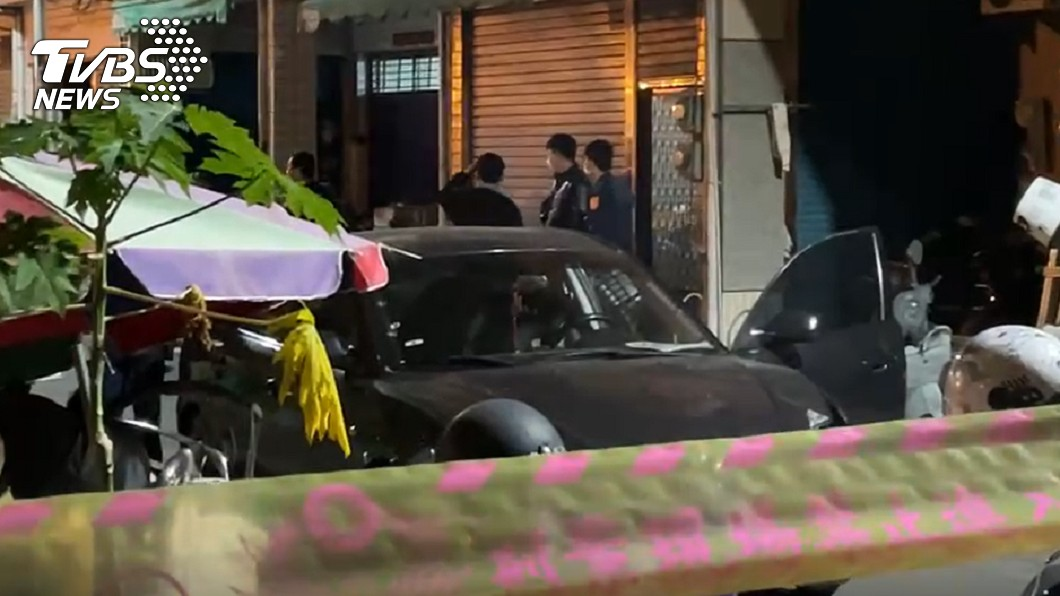 高雄市警方晚間追捕通緝犯,意外開槍擊斃後座乘客。(圖/TVBS) 高雄通緝犯開車撞警逃逸 乘客遭槍擊躺後座身亡