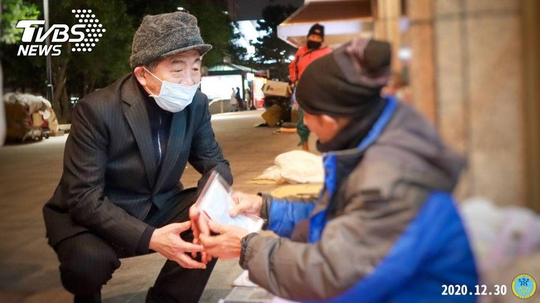 陳時中夜訪北車街友。(圖/中央社) 全台冷吱吱 陳時中夜訪街友贈暖暖包、口罩