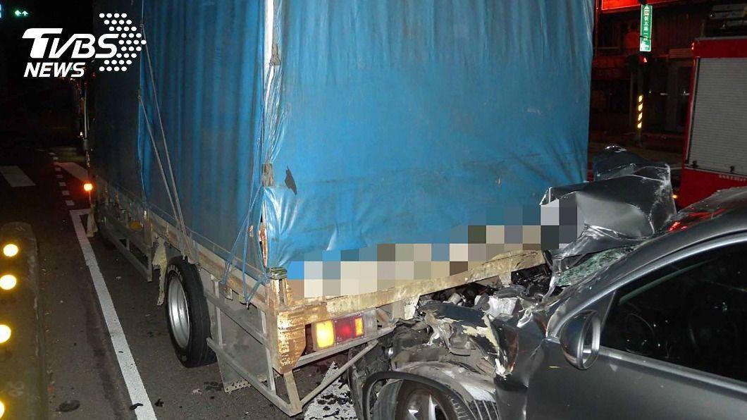 泰山發生連環撞車禍。(圖/中央社) 泰山3車連環追撞 警消出動油壓機救2傷者脫困