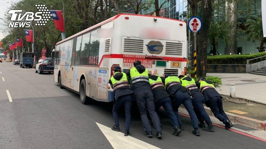 (圖/TVBS) 16噸公車拋錨擋道 6警寒流中「徒手猛推」神救援