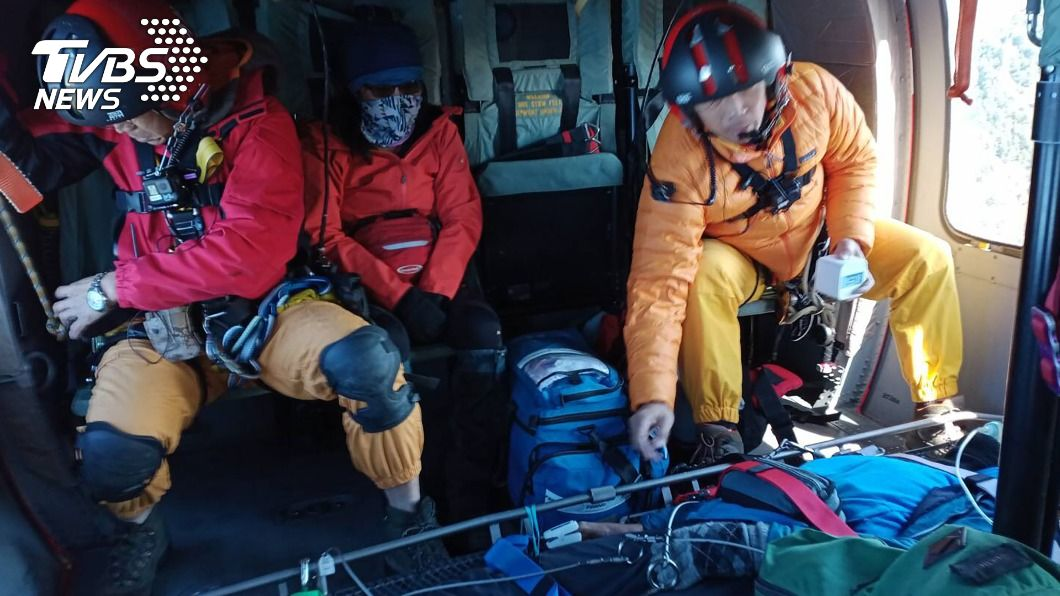 空勤總隊在台東、花蓮接連出動緊急救護任務。(圖/中央社) 新年首日花東連2起山難救援 共3名山友吊掛送醫