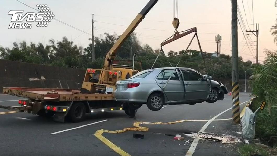 (圖/TVBS) 元旦恐怖自撞!3人慘卡車內 3命危1傷急救中