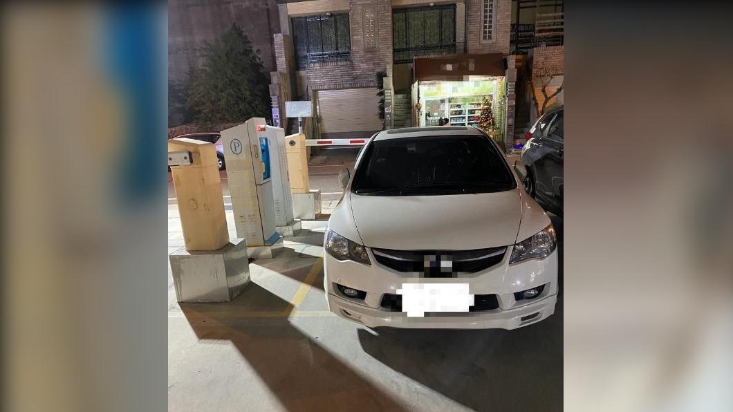 女車主將車子整台停在停車場出口。(圖/翻攝自臉書社團「新竹爆料公社」) 天兵妻「完美擋住」出口!尪錯愕出面幫3車主付停車費