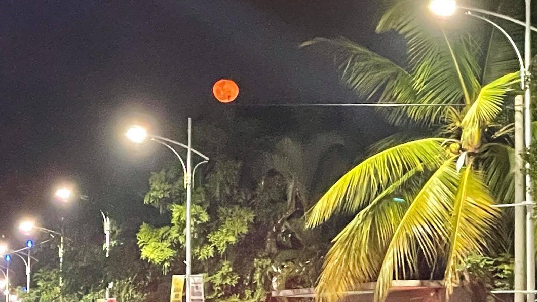 (圖/翻攝自綠豆嘉義人Facebook) 驚見「血紅月亮」掛夜空 網憂:2021年災難預兆?