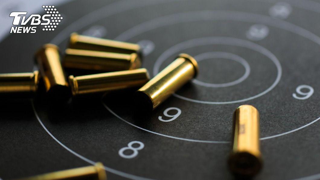 英國一名男子遭歹徒持槍掃射,全身被150發子彈擊中。(示意圖/Shutterstock達志影像) 慘中150槍「子彈卡體內15年」 英男嘆:像慢性謀殺