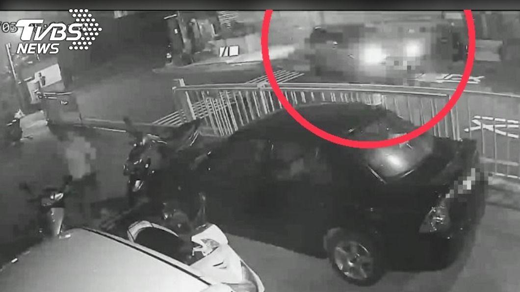不僅一名婦人遭到何姓駕駛追撞(紅圈處),路旁5輛機車也遭殃。(圖/TVBS) 逃不過法網!淡水婦晨運遭撞骨折 駕駛肇逃遭逮