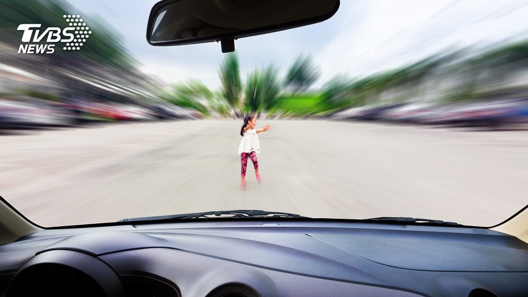 桃園一名女童從路邊衝出不慎被貨車撞死,法院判決駕駛免賠。(示意圖/shutterstock 達志影像) 1.5秒來不及反應 4歲女童被撞死駕駛免賠