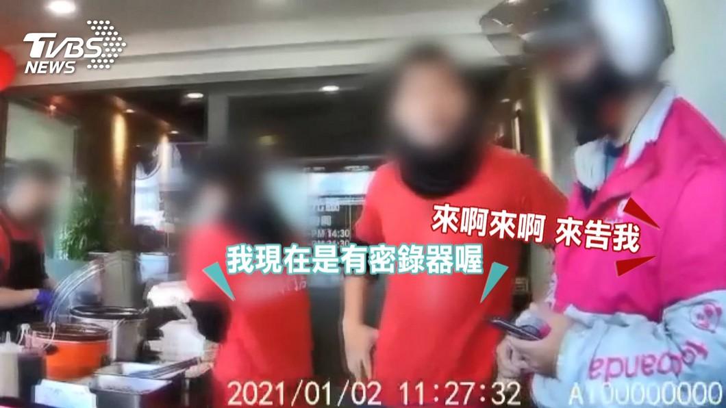鴨肉店男店員態度惡劣。(圖/TVBS) 罵破查某毛沒長齊!鴨肉店求和 熊貓挺外送員:終止合作
