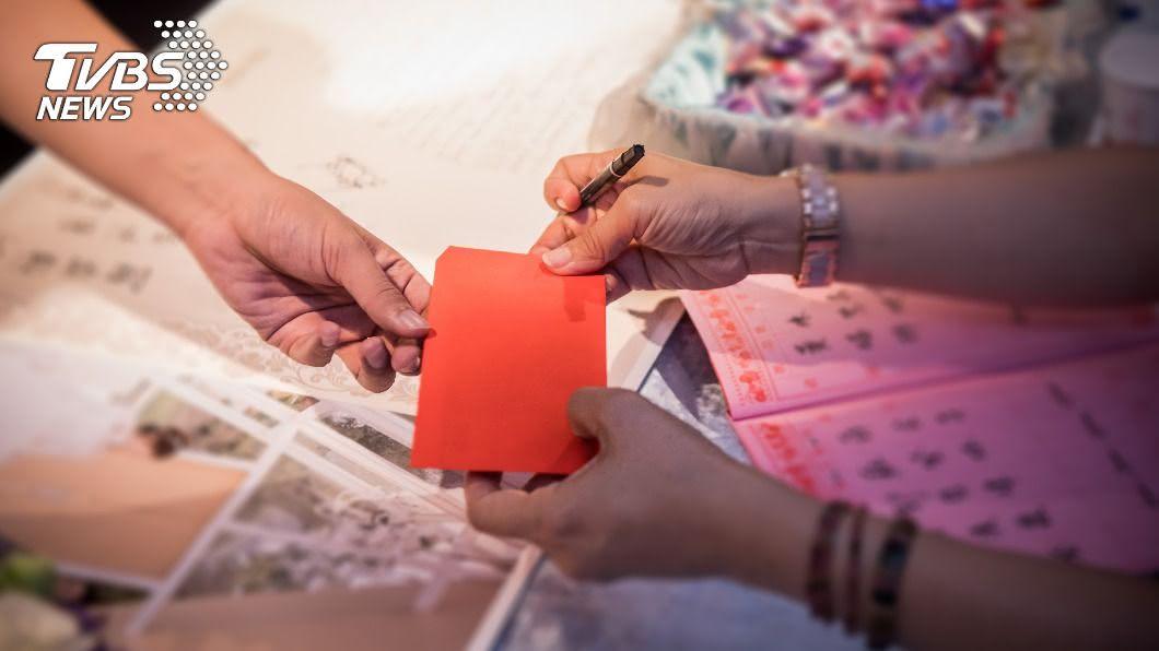 失聯許久的朋友結婚,還要求紅包要準備3600元以上。(示意圖/shutterstock達志影像) 失聯友炸喜帖 下秒不演了「逼紅包3千6」:人不用來
