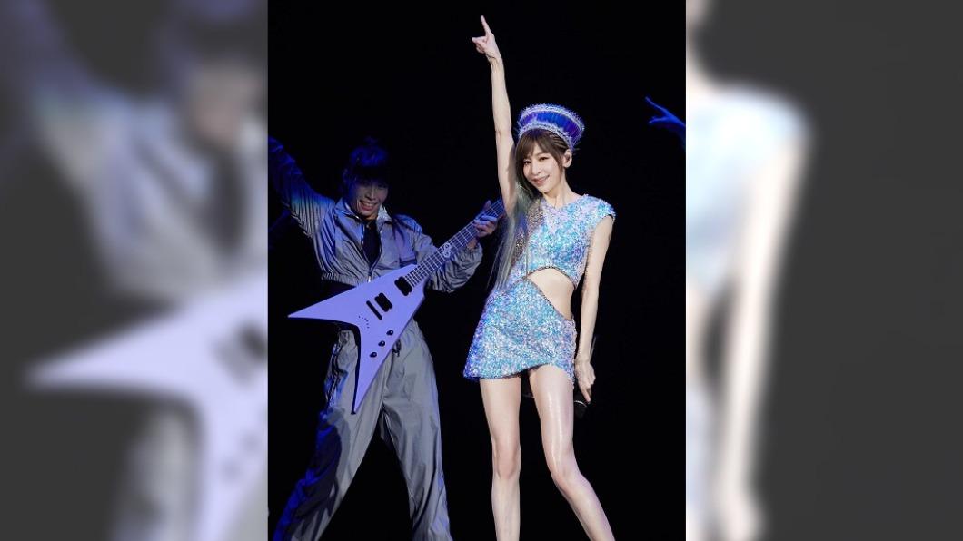 王心凌睽違1年重新開唱,閃光鏤空短裙驚豔全場。(圖/翻攝自臉書@王心凌 Cyndi Wang) 王心凌1招練出超狂「A4腰」 鏤空短裙大秀好身材