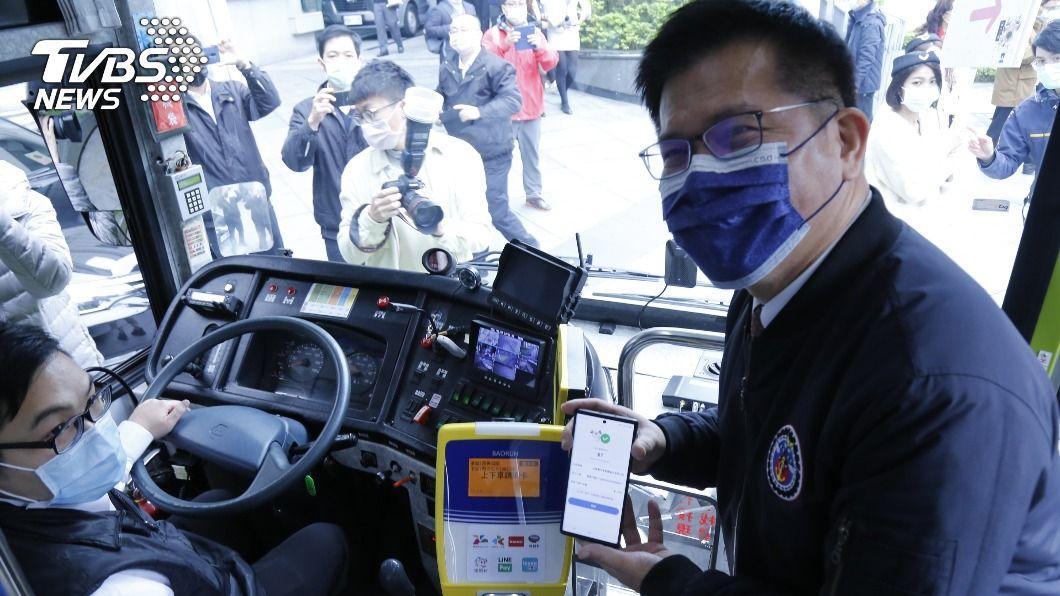 交通部推刷手機搭公車。(圖/中央社) 刷手機QR Code也能搭 5條試營運客運路線享優惠