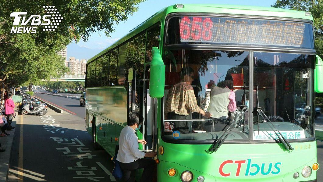雙十公車優惠新制元旦起上路。(圖/中央社) 雙十公車已綁卡仍遭扣款 中市府主動聯繫退款