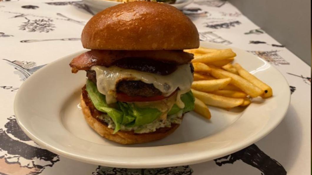 圖/翻攝自こすげ / グルメYouTuber Twitter 東京飯店美味飄香 黑毛和牛漢堡也能外帶