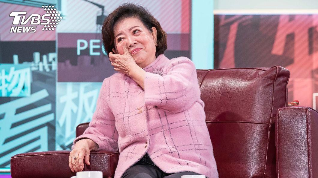 陳淑芳近日接受TVBS《看板人物》專訪,談起表演數度落淚。(圖/TVBS) 入行63年最煎熬 陳淑芳演活「壞婆婆」兒拜託:別演了