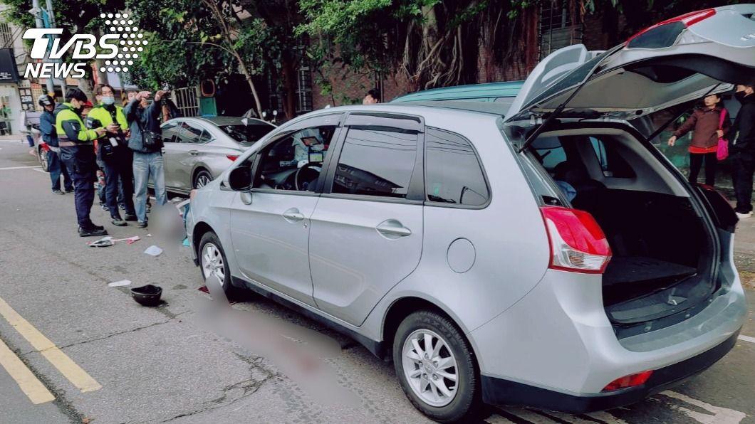 婦人騎機車與一輛轎車碰撞,使頭部重創。(圖/TVBS) 新北汽車機車相撞 7旬婦「頭部重創」送醫搶救