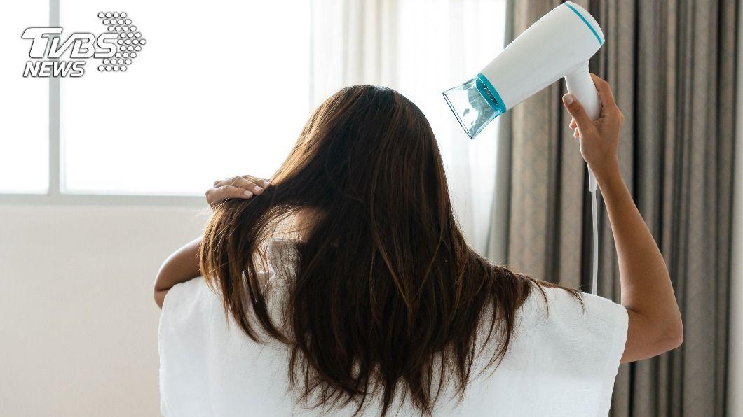 使用冷風吹髮能避免頭髮毛燥。(示意圖/shutterstock 達志影像) 頭髮易毛躁? 「3招」省時技巧吹出蓬鬆光澤感