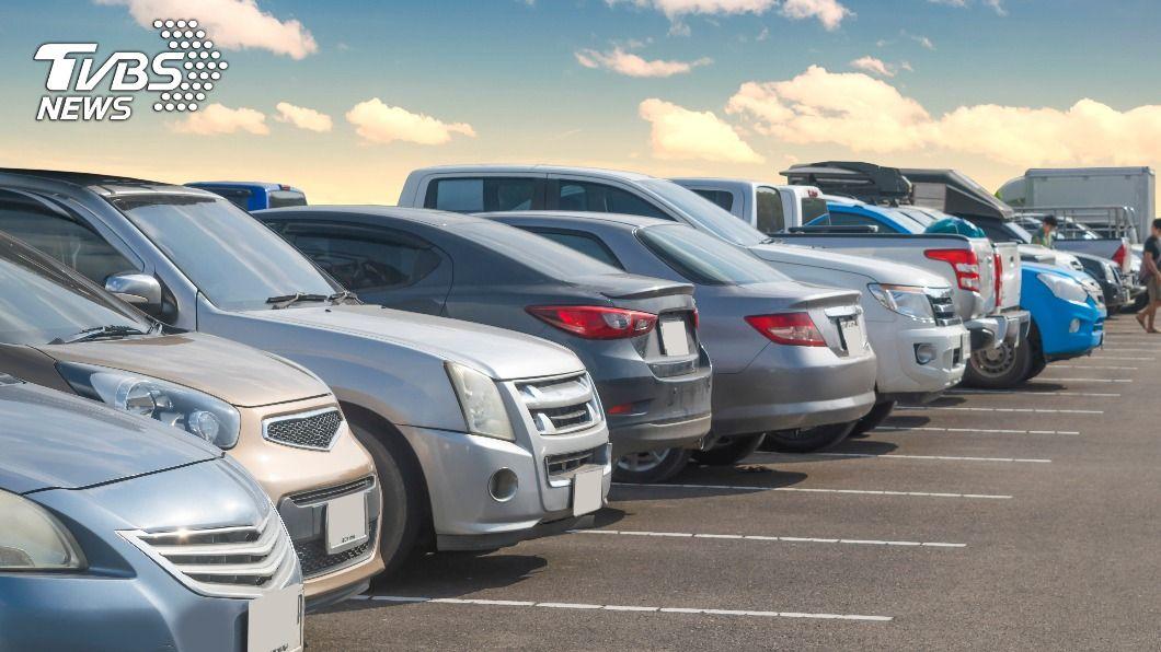 男子製造假車禍詐領保險金。(示意圖/shutterstock達志影像) 製造假車禍詐保險金2千萬元 二手車業者18人遭起訴